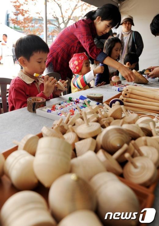 [사진]추석 맞아 팽이 만드는 어린이들