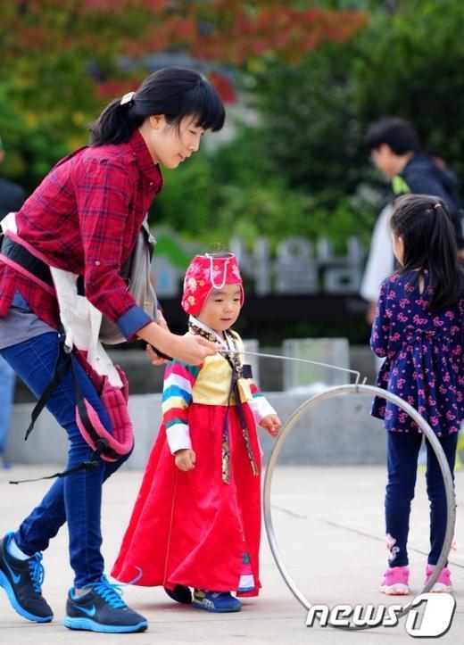[사진]우리나라 전통놀이 즐기는 모녀
