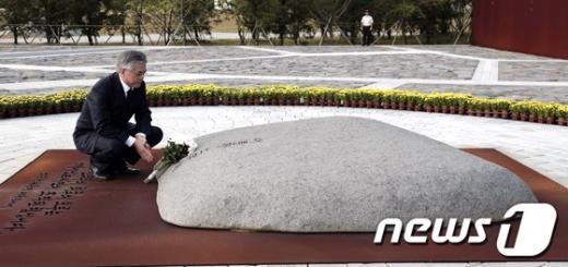 [사진]고 노무현 전 대통령 묘역 참배한 문재인 후보