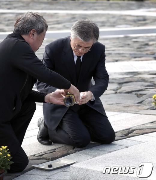 [사진]고 노무현 전 대통령 묘역에 술 올리는 문재인 후보