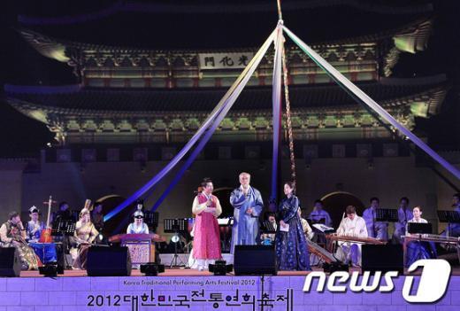 [사진]최광식 장관, 2012 대한민국 전통연희축제 참석