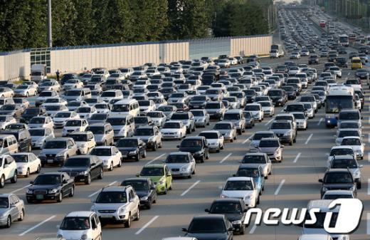 30일 오후 서울요금소 상행선으로 귀경 차량들이 몰려들어 극심한 정체현상을 보이고 있다.  2012.9.30/뉴스1  News1   박정호 기자