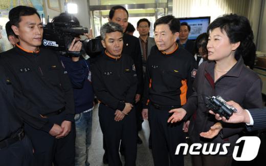 [사진]추석연휴에 근무중인 소방대원들 격려하는 박근혜 후보