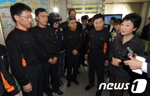 [사진]소방대원들 격려하는 박근혜 후보