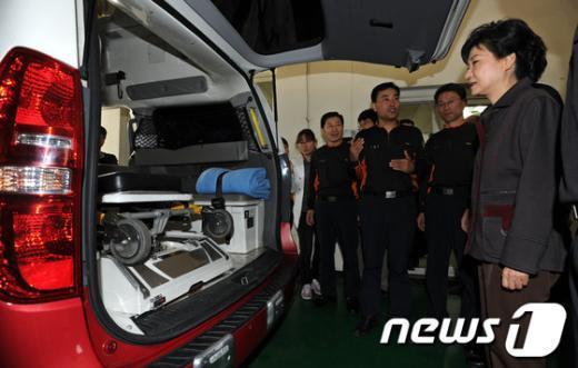 [사진]구급차 살펴보는 박근혜 후보