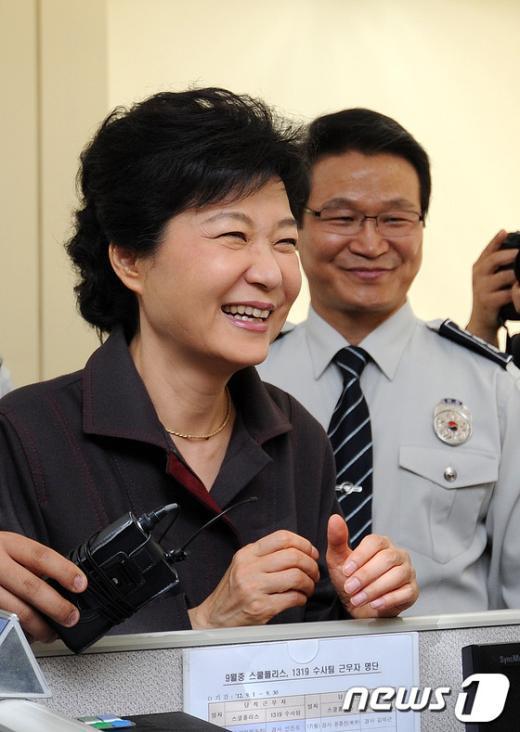 [사진]박근혜, 추석 연휴 서울지방경찰청 직원들 격려