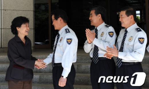 [사진]인사 나누는 박근혜 후보와 김용판 청장