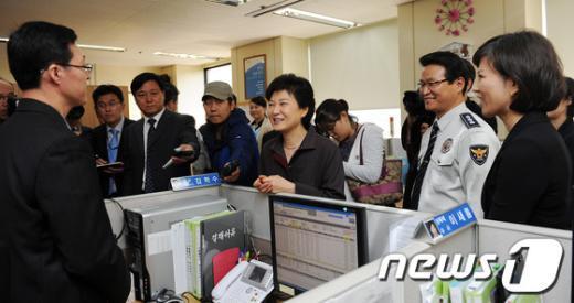 [사진]117센터 방문한 박근혜 후보