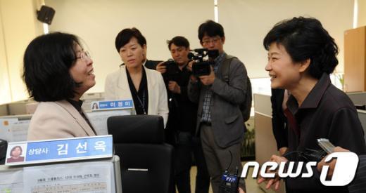 [사진]추석 연휴 근무하는 117센터 직원들 격려하는 박근혜