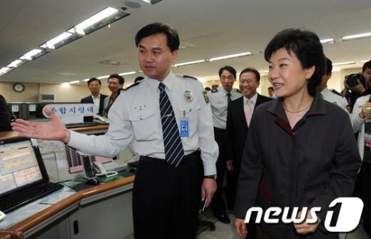 [사진]추석 연휴 112센터 방문한 박근혜 후보