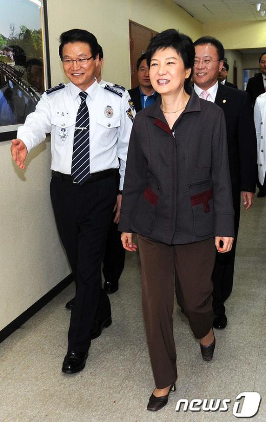 [사진]서울지방경찰청 둘러보는 박근혜 후보