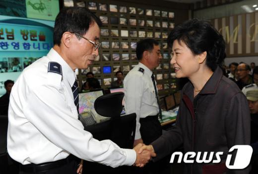 [사진]귀경길 교통관리센터 방문한 박근혜 후보