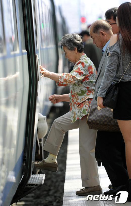 [사진]역귀성 노인들 다시 집으로
