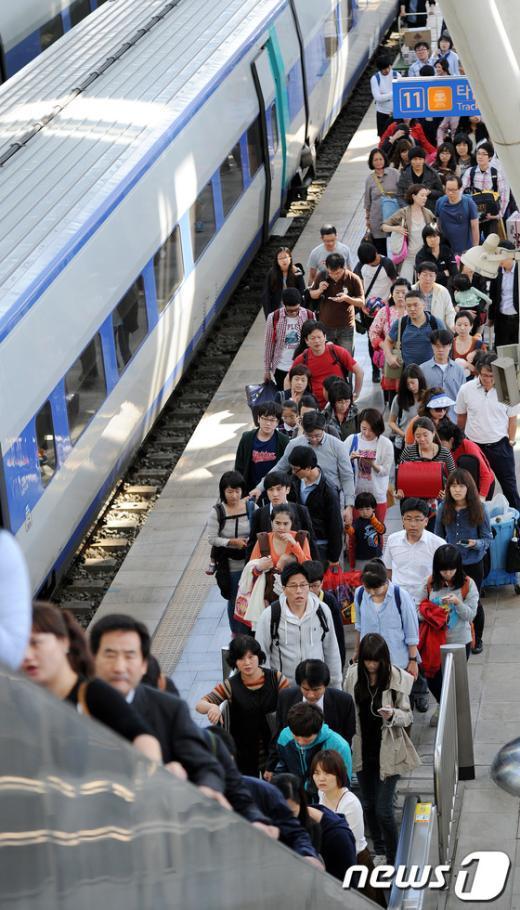 [사진]서울역 도착한 시민들