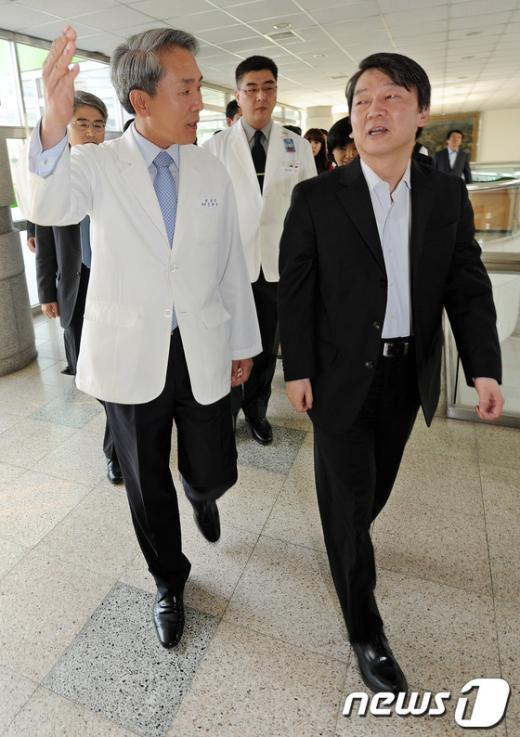 [사진]윤한두 병원장과 함께 병원 들어서는 안철수 후보