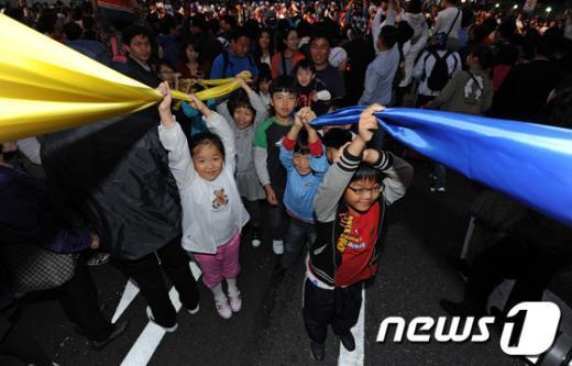 [사진]개막 길놀이 함께하는 어린이들