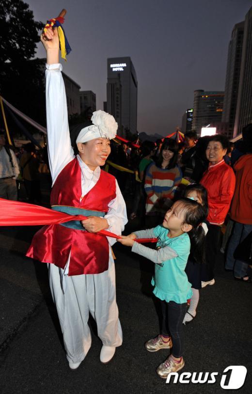 [사진]시민들 참여하는 개막 길놀이