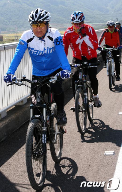[사진]이재오, 4대강 자전거길 탐방