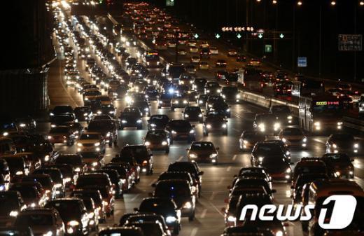 추석인 30일  귀경 차량들이 몰려들어 서울요금소 인근 상행선 고속도로가  극심한 정체현상을 보이고 있다. 2012.9.30/뉴스1  News1   박정호 기자