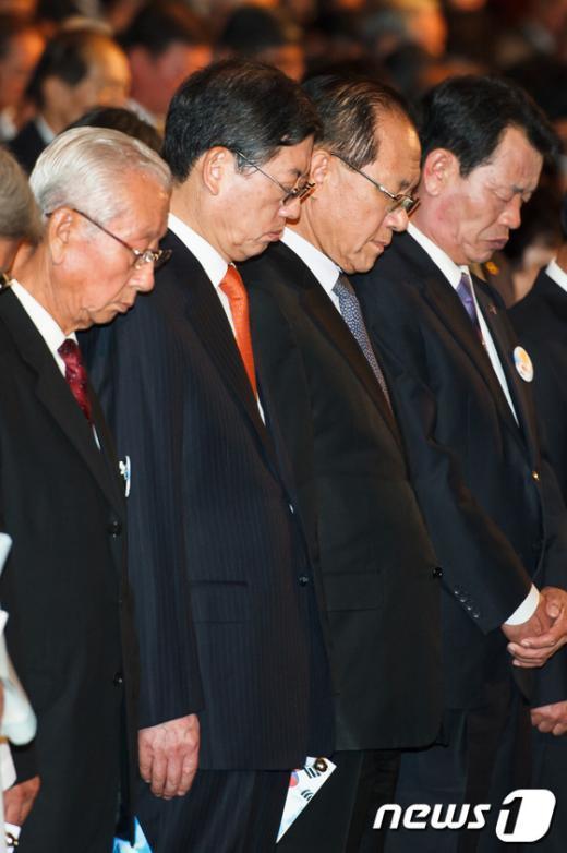[사진]묵념하는 김황식 총리
