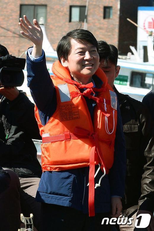 [사진]주민 향해 손 흔드는 안철수