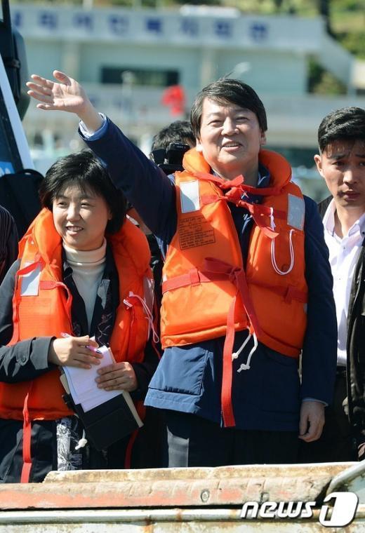 [사진]호남 민신 향해 손 흔드는 안철수