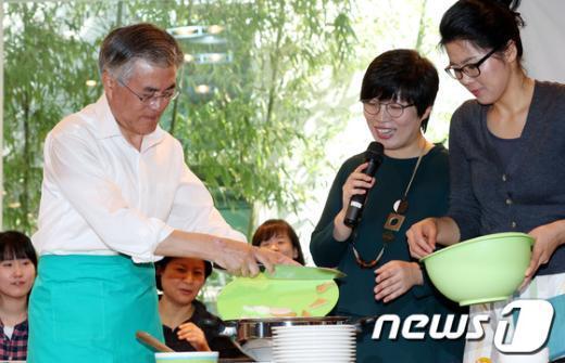 [사진]문재인 '오늘은 내가 요리사'