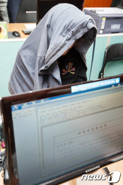 [사진]경찰 조사받는 기업형 성매매 조직원 우모씨