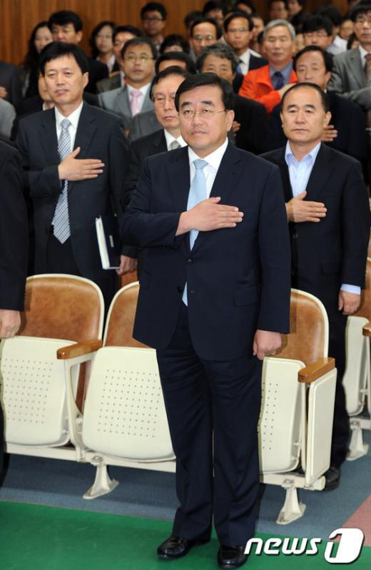 [사진]국민의례하는 이대영 대행