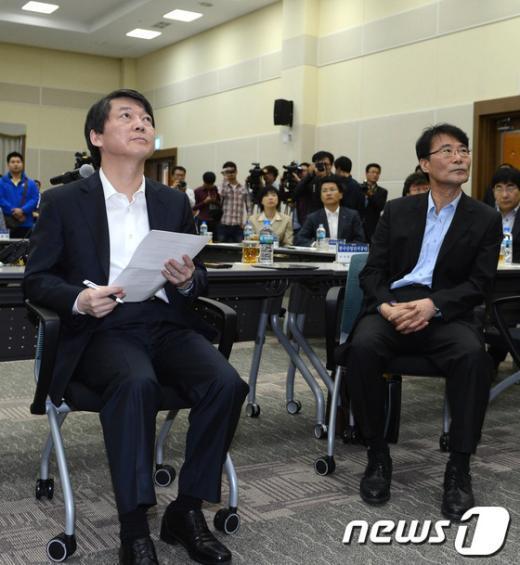 [사진]중소기업 어려움 경청하는 안철수 후보