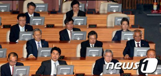 [사진]시정연설 경청하는 국무위원들