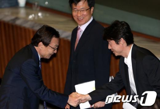 [사진]악수하는 이해찬 대표와 송호창 의원