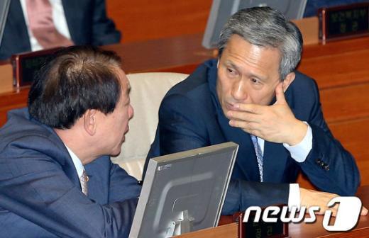 [사진]이야기 나누는 권재진-김관진