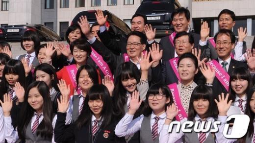 [사진]'세계여자아이의 날' 제정 축하하는 박지원 원내대표