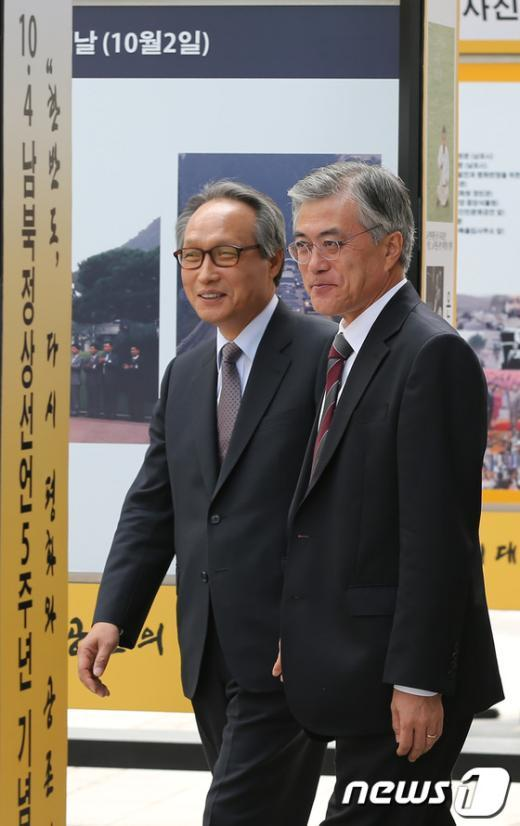 [사진]문재인, 10.4 남북정상선언 5주년 사진전 관람
