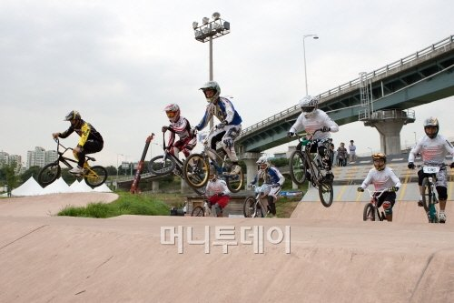 ▲ 올림픽 BMX 2연패 위업의 스트롬버그(왼쪽 첫번째, 한국BMX연맹 자료)
