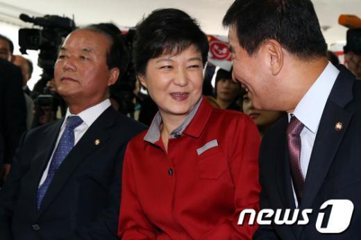 [사진]공동선대위원장과 대화하는 박근혜 후보