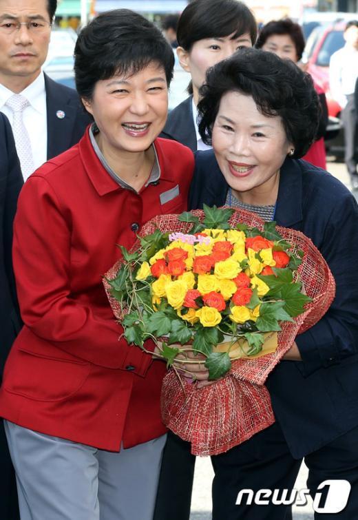 [사진]꽃다발 받은 박근혜 후보