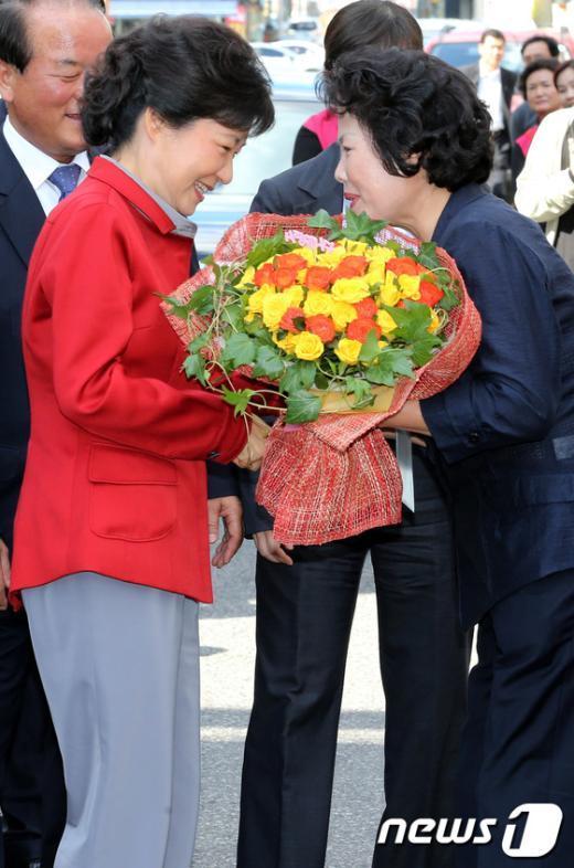 [사진]꽃다발 받는 박근혜 후보