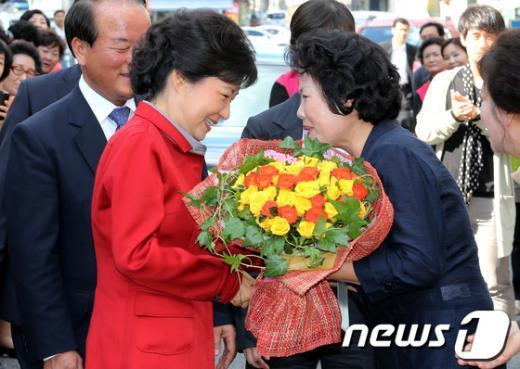 [사진]꽃다발 전달받는 박근혜 후보