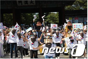 3일 개천절을 기념해 국학원은 서울 광화문 광장에서 서울시청까지 1000여 명의 시민과 함게 개천절 축하 거리퍼레이드를 했다.  News1