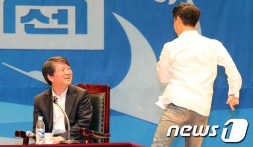 [사진]안철수 강연장에 나타난 '조선대 싸이'