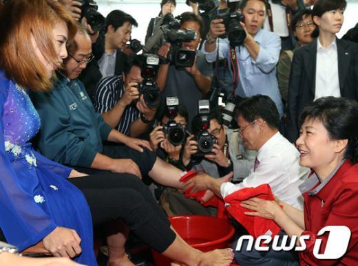 [사진]이주여성 발 씻겨주는 박근혜