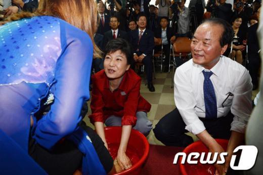 [사진]발 씻겨주는 박근혜 후보