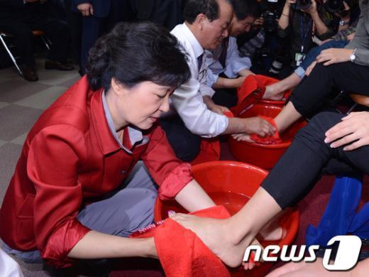 [사진]이주여성 발 닦아주는 박근혜