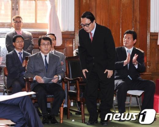 [사진]허리숙여 인사하는 박찬종 변호사