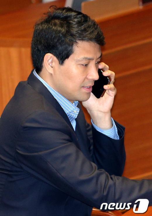 [사진]전화통화하는 문대성 의원