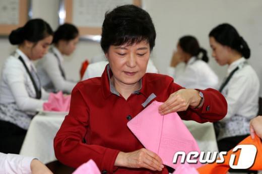 [사진]냅킨 접기 실습 체험하는 박근혜 후보