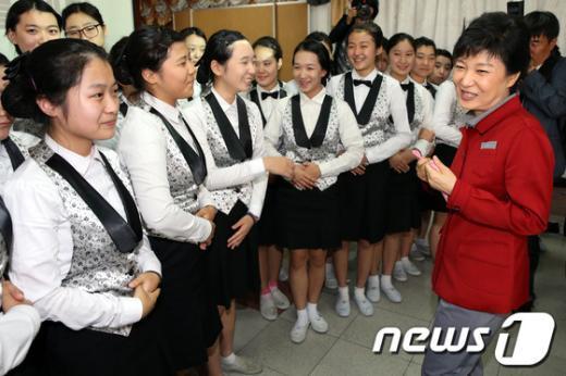 [사진]학생들과 대화하는 박근혜 후보