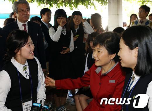 [사진]박근혜 후보, 여고생들과 함께!